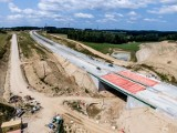 Budowa Trasy Kaszubskiej między Bożympolem Wielkim a Gdynią. Na znacznych odcinkach wykonano już warstwy nawierzchni. Kiedy koniec prac?