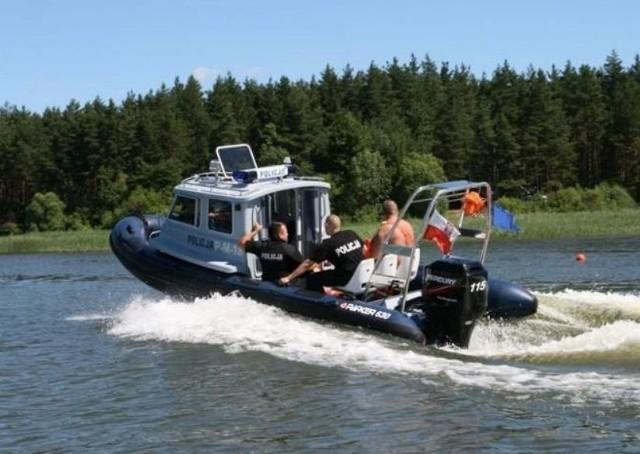 Policjanci z patrolu wodnego na Zalewie Siemianówka pomogli wędkarzom, którzy nie byli w stanie samemu dotrzeć do brzegu