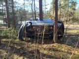 Wypadek na trasie Juszkowy Gród - Bondary. Renault wbiło się między drzewa