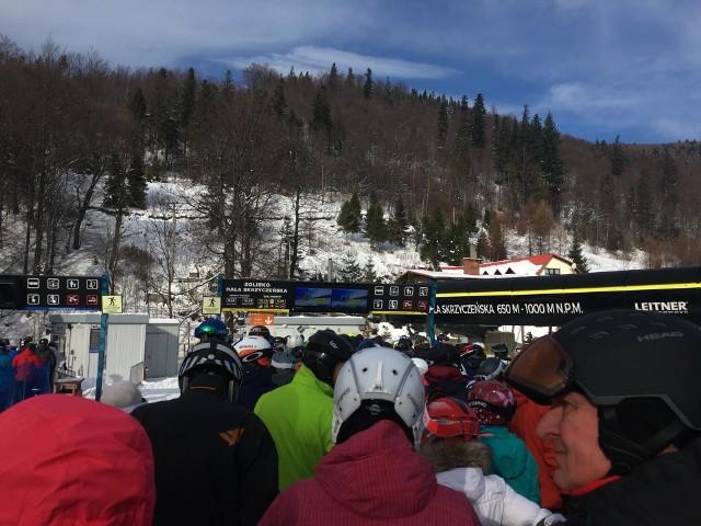 Tłumy narciarzy w Beskidach, kierowcy muszą postać w korkach
