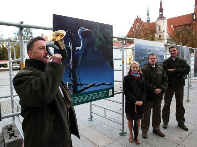 Prace na wystawie wykonane zostały przez dziesięciu leśników m.in. (na zdjęciu od prawej): Annę Dębowską, Tomasza Czyżyka i Piotra Wawrzyniaka.