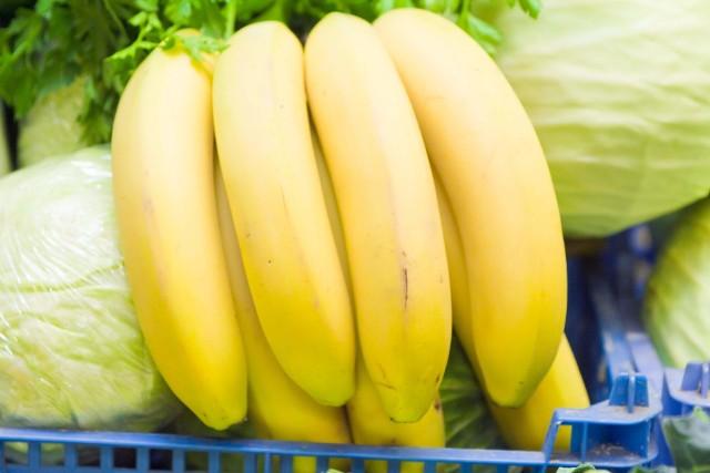 Banany – owoceBanany, chociaż pochodzą z daleka, u nas są jednymi z najpopularniejszych owoców. Niektórzy sięgają po nie częściej niż po polskie jabłka i gruszki. Banany zawierają wiele składników mineralnych i liczne witaminy.