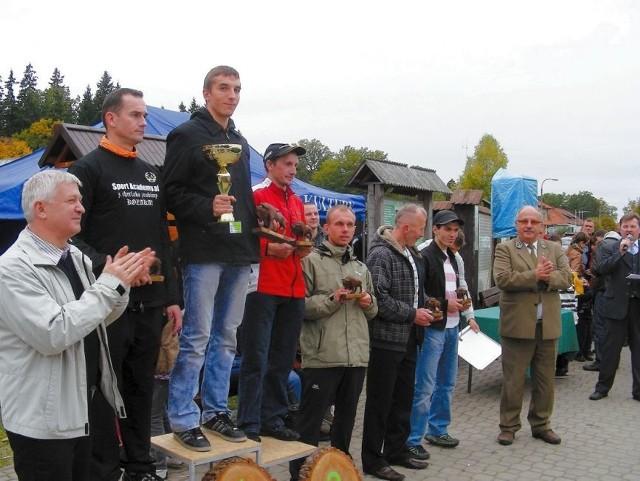 Zwycięzca biegu Damian Roszko z Moniek otrzymał puchar