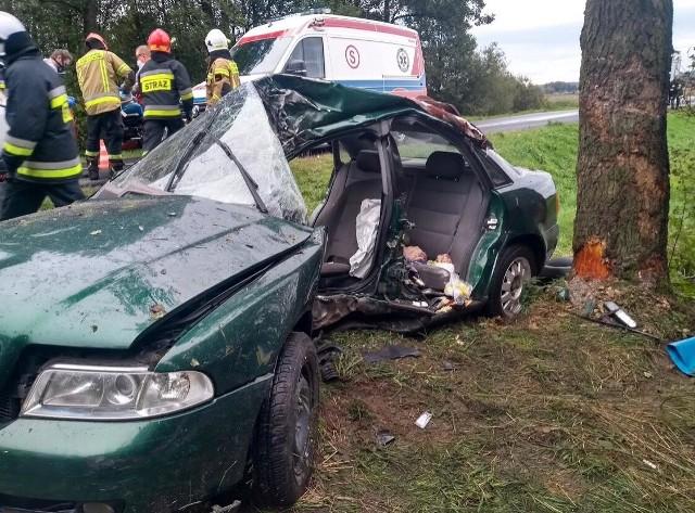 """50-letni mężczyzna trafił do szpitala po wypadku, do którego doszło pod Poddębicami. Audi, którym kierował, uderzyło w przydrożne drzewo. Kierowca miał sądowy zakaz prowadzenia samochodu. Czytaj dalej na kolejnym slajdzie: kliknij strzałkę """"w prawo"""", lub skorzystaj z niej na klawiaturze komputera."""