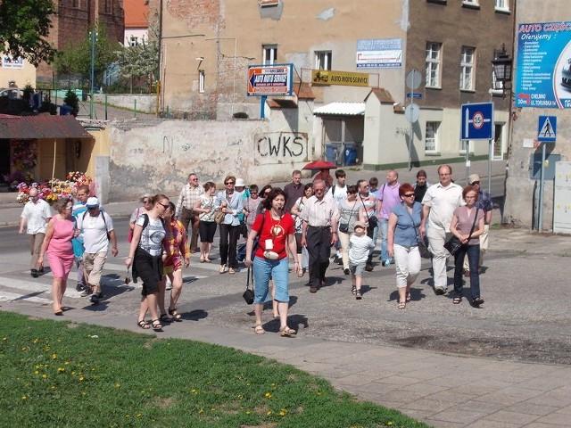 """Na pierwszy """"Spacerek"""" w tym roku zaprosiła mieszkańców i turystów przewodnik Anna Grzeszna-Kozikowska"""