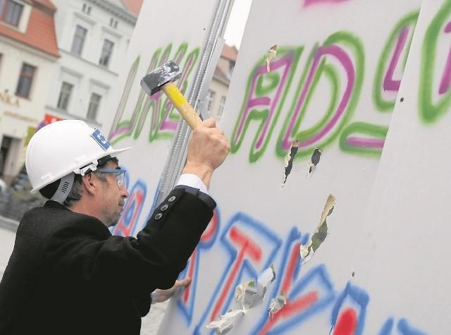 Piotr Cyprys, kandydat na prezydenta miasta rozbijał wczoraj symboliczny mur dzielący go od ratusza.