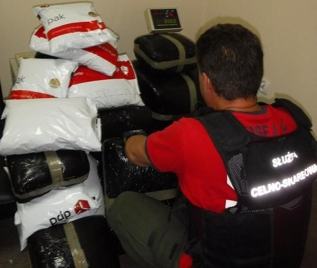 Nielegalne wyroby akcyzowe o rynkowej wartości ponad 72 tys. zł zabezpieczyli funkcjonariusze Krajowej Administracji Skarbowej (KAS) z łódzkiego Wydziału Realizacji. Do magazynu depozytowego łódzkiej Izby Administracji Skarbowej trafiło łącznie 53 tys. szt. nielegalnych papierosów i prawie 132 kg tytoniu. Funkcjonariusze KAS na terenie sortowni jednej z firm kurierskich w Strykowie znaleźli 1600 paczek papierosów w trzech przesyłkach nadanych do Wielkiej Brytanii. W kontroli brał udział pies służbowy, wyszkolony do wykrywania wyrobów tytoniowych. Wartość nielegalnego towaru wyniosła 22.575 zł.ZDJĘCIA I WIĘCEJ INFORMACJI - KLIKNIJ DALEJ
