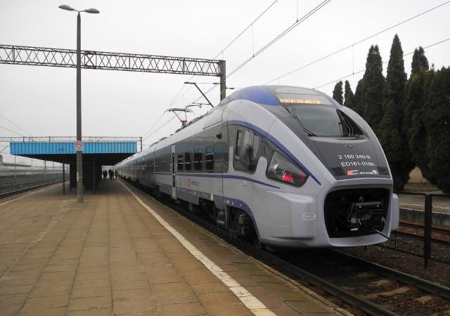 Uwaga podróżni! Jeśli wybieracie się w podróż pociągiem, koniecznie sprawdźcie rozkład jazdy. Od niedzieli szykują się bowiem zmiany. Od 15 grudnia zmienia się rozkład jazdy na kolei. Pasażerów czekają również podwyżki cen biletów na pociągi regionalne. Na zdjęciu: Dart na stacji Łapy w barwach PKP InterCity.