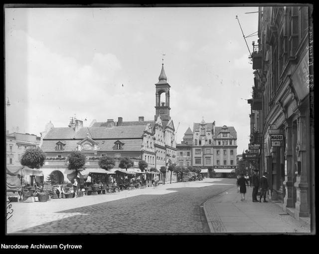 Ratusz i Rynek w Kluczborku przed wojną. Zdjęcia udostępnia Narodowe Archiwum Cyfrowe;nf