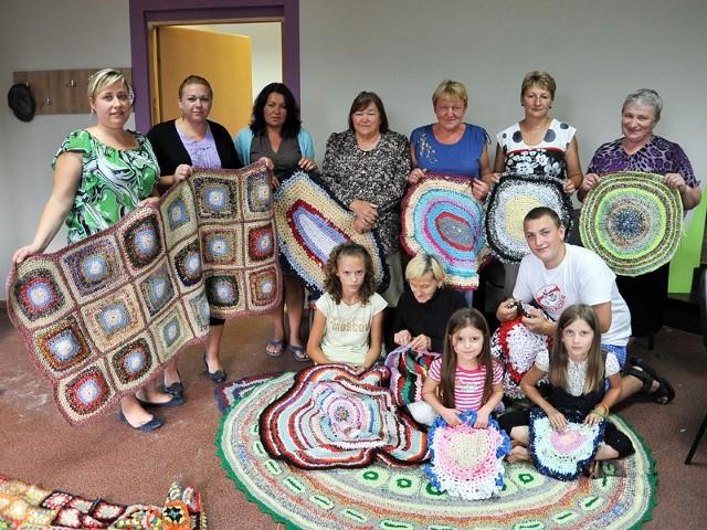 Kobiety z dumą pokazują swoje arcydzieła. To własnoręcznie zrobione ze starych ubrań dywany i narzuty.