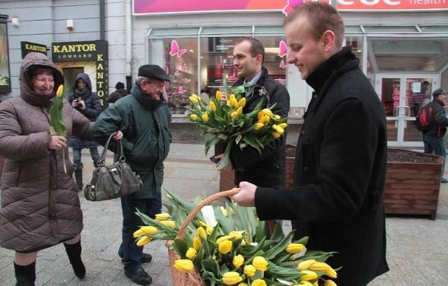 Z koszami kwiatów działacze forum Paweł Garbusik i Armand Naporowski.