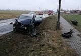 Wypadek w Cielętach w gminie Brodnica. Volkswagen golf zderzył się z ciężarówką. 42-latka trafiła do szpitala