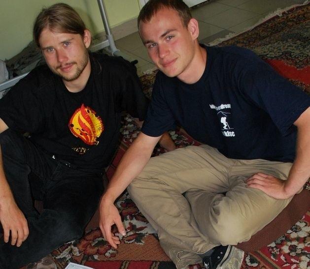 Adam Dobrzyński (z lewej) i Marcin Ząbkiewicz pokazują na mapie trasę swojej wyprawy na Mont Blanc