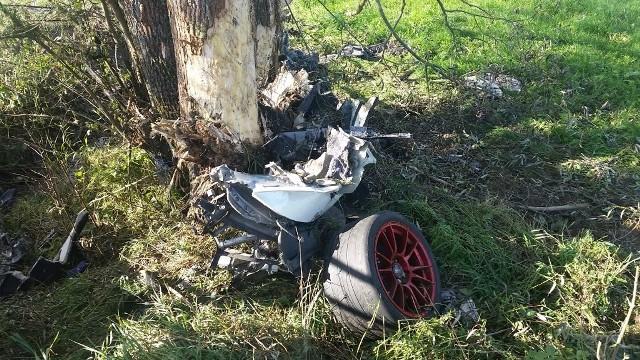Wczoraj w godzinach popołudniowych na trasie Jasionówka - Czarnystok wydarzył się śmiertelny wypadek. Kierowca porsche prawdopodobnie stracił panowanie nad samochodem, wypadł z trasy i uderzył w przydrożne drzewo.