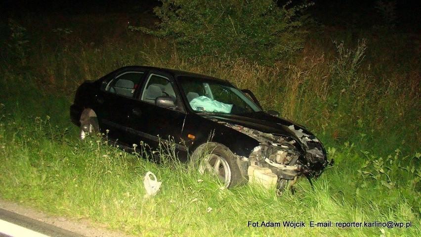 Najpierw honda zderzyła się z przyczepą ciągnika rolniczego, a później jej fragmenty uderzyły w dwa kolejne osobowe auta.