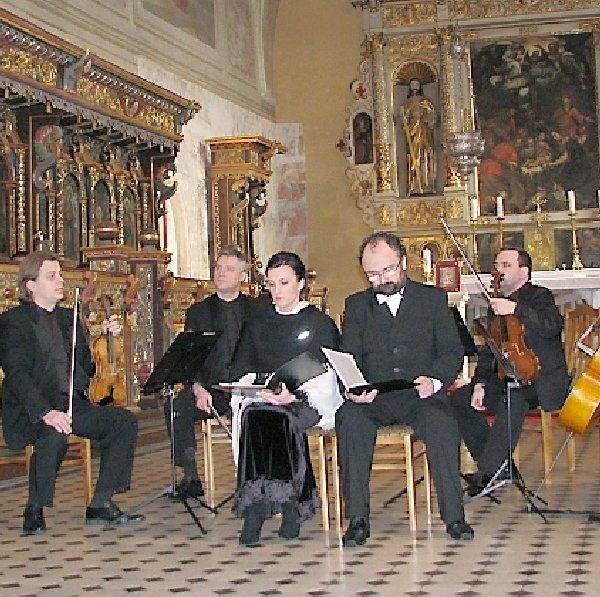 Misterium wykonane przez znakomitych  muzyków i solistów w pięknej oprawie starego  Kościoła, było warte obejrzenia.