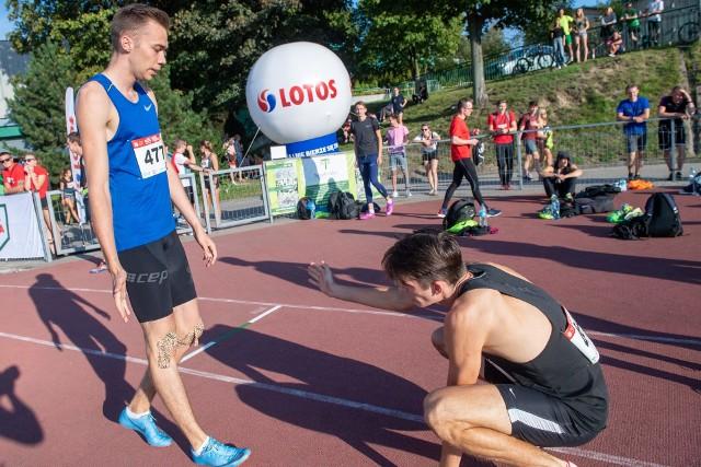 Mateusz Rzeźniczak (od lewej) wygrał zacięty bieg na 400 metrów z Kajetanem Duszyńskim