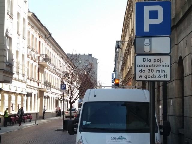 Parkować na ul. 6 Sierpnia mogą od teraz tylko samochody dostawcze - w godzinach przedpołudniowych i na krótko.