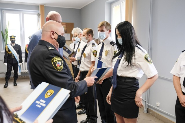 29 sierpnia obchodzimy Dzień Straży Gminnej, czyli święto wszystkich strażników miejskich oraz gminnych. Z tej okazji w poniedziałek, 30 sierpnia, w siedzibie straży miejskiej przy ul. Grudziądzkiej z funkcjonariuszami spotkał się Michał Zaleski. Prezydent nagrodził 13 osób za szczególne zaangażowanie w pracę. Spotkanie było również okazją do wręczenia awansów grupie toruńskich mundurowych. Dodajmy, że w tym roku straż miejska w Toruniu obchodzi swój jubileusz. Funkcjonariusze pilnują porządku na terenie Grodu Kopernika już od 30 lat. Na początku zespół liczył zaledwie 20 osób. Obecnie składa się ze 130 strażników, 14 operatorów monitoringu miejskiego oraz 6 pracowników administracyjnych.