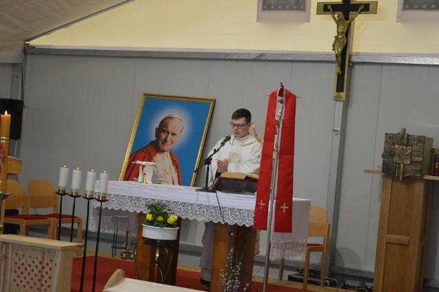 Niedzielnej mszy św. przewodniczy o. Florian Wieczorek.