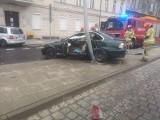 Kierujący bmw uderzył w latarnię na Wałach Jagiellońskich w Bydgoszczy i uciekł z miejsca zdarzenia