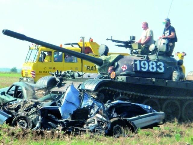 Potężny 36-tonowy czołg T-55 bez problemów przejechał po samochodach z auto-szrotu, pozostawiając po sobie sprasowane wraki. Publiczność była zachwycona militarnymi pokazami.