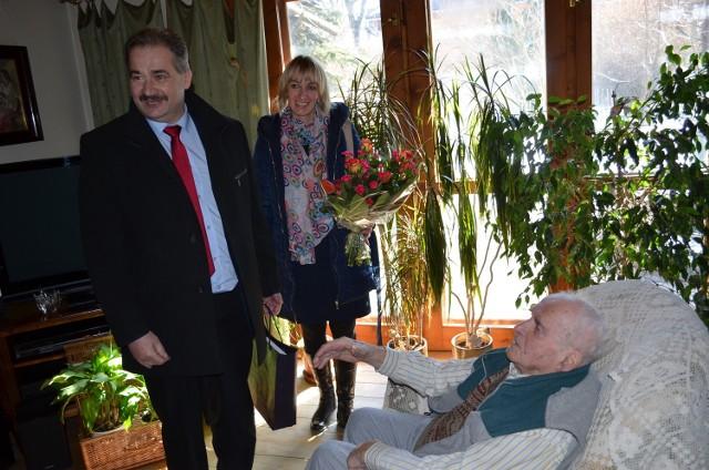 Burmistrz Leszek Dorula z wizytą u jubilata Franciszka Krzanika