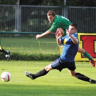 Lechia (zielone stroje) strzela pierwszą bramkę w  meczu z Supraślanką