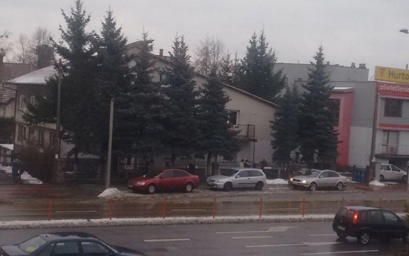 Internauta przysłał nam zdjęcie samochodów parkujących na chodniku wzdłuż zatoki dla autobusów, która znajduje się naprzeciwko Centrum Kultury Muzułmańskiej w Białymstoku przy ul. Hetmańskiej.