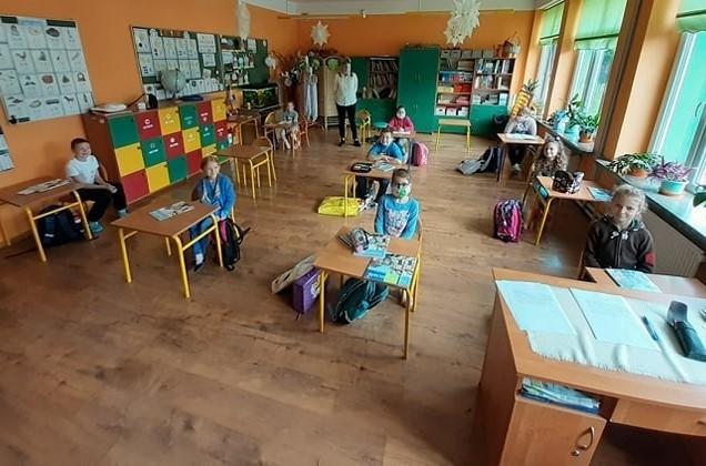 Uczniowie klasy pierwszej Zespołu Szkolno-Przedszkolnego w Trześni na zajęciach 25 maja.