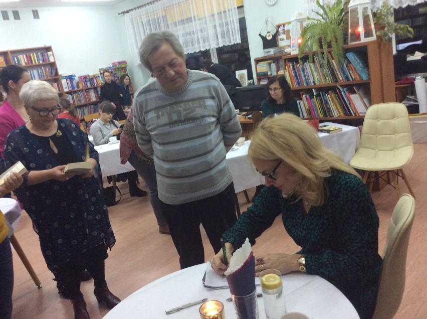 Po ciekawym spotkaniu mieszkańcy Gostycyna jeszcze długo rozmawiali z pisarką