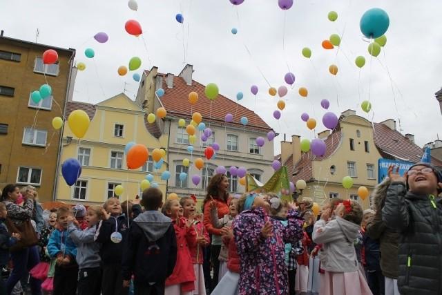 Po godz. 11 na plac Polonii Amerykańskiej dotarło 500 dzieci - po 50 z każdego miejskiego przedszkola, gdzie czekały na nich tańce i zabawy prowadzone przez Paulinę Rutowicz z Brzeskiego Centrum Kultury. W ten sposób maluchy uczciły Ogólnopolski Dzień Przedszkolaka. Wcześniej dzieci gościły w ratuszu, gdzie brały udział w quizie i spotkały się z władzami miasta.Finałem akcji było wspólne wypuszczenie balonów, które symbolizowały dziecięce marzenia.