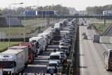 """Nowe przepisy drogowe 2020. Jazda na """"suwak"""" oraz formowanie """"korytarza życia"""" obowiązkiem każdego kierowcy 11.03.20"""