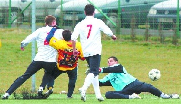 Ensar Arifovic w walce o piłkę uprzedził łódzkich obrońców i ładnym strzałem nie dał szans golkiperowi Widzewa Bartoszowi Fabiniakowi