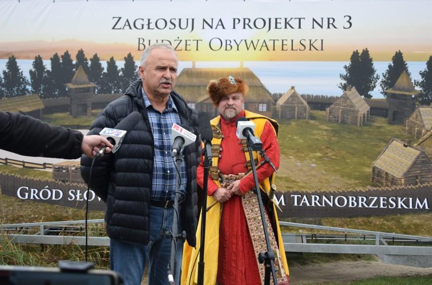 Do głosowania na Gród Słowiański zachęcał podczas konferencji prasowej Janusz Szwed ze stowarzyszenia Esteka oraz rekonstruktor znany jako Szymon Okrutny