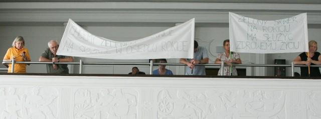 Mieszkańcy Nowego Rokicia przyszli na sesję Rady Miejskiej z transparentami