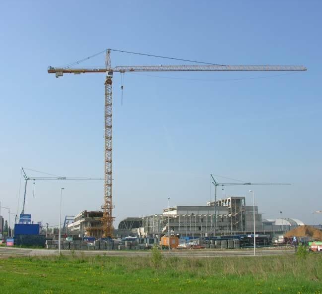 W czasie długiego weekendu na placu budowy stanął największy w Kielcach 60 metrowy żuraw.