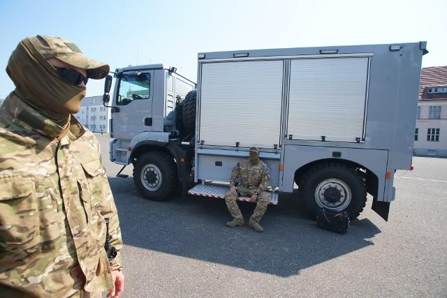 """Aż 3 mln zł kosztował specjalistyczny """"bombowóz"""", czyli pojazd, którym policjanci przewożą ładunki wybuchowe np. na miejsce ich neutralizacji. Wielkopolska policja w tym roku dostała taki samochód, który jest jednym z najnowocześniejszych w Polsce.Czytaj dalej --->"""