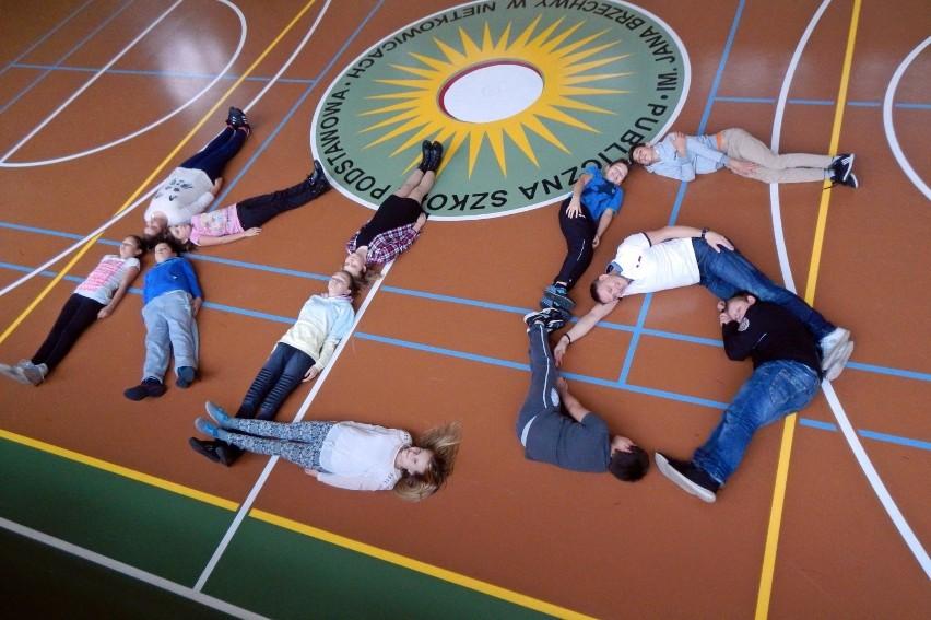 W taki kreatywny sposób pozują do zdjęć uczniowie, biorący udział w plebiscycie.