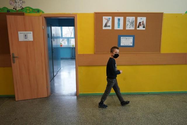 Absolutnie nie rekomenduję dalszego otwierania szkół – to deklaracja ministra zdrowia Adama Niedzielskiego ze środowego poranka 20.01 br). Dodał, że na razie nic się nie będzie działo w sprawie szkół. I to potwierdził w czwartek, podając oficjalne stanowisko rządu – do 14 lutego w funkcjonowaniu szkół w kraju nic się nie zmieni. Klasy I-III w szkołach podstawowych będą chodziły na lekcje, a wszyscy uczniowie starsi – pozostaną w trybie nauki zdalnej.- Przyjęliśmy podejście ostrożne oparte na dowodach, a nie tylko hipotezach, jak będzie wyglądała sytuacja epidemiczna w szkołach – podkreślił wczoraj Adam Niedzielski. - Tuż przed otwarciem szkół zrobiliśmy badania przesiewowe wśród nauczycieli. Zostało przebadanych 134 tys. nauczycieli, prowadzących nauczanie klas I-III i stwierdziliśmy tam 2 procent aktywnych zakażeń. I takie same  działania podejmiemy w drugim tygodniu lutego po to właśnie, by podjąć decyzję, która jest oparta na realnej wiedzy, jak rozprzestrzenia się koronawirus przy funkcjonowaniu szkoły.