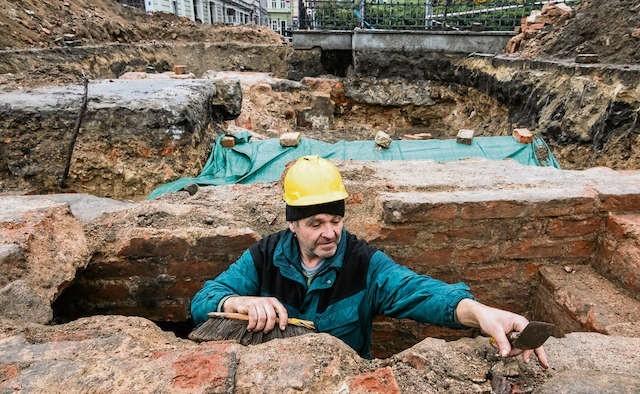 Trwa oczyszczanie murów kamienic, które stały na starym rynku. Po modernizacji będzie tu fontanna.
