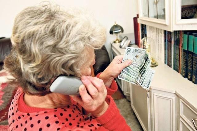 Seniorzy wciąż padają ofiarami oszustów i tracą oszczędności swojego życia.