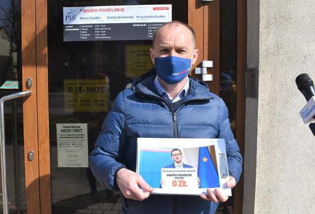 Poseł Koalicji Obywatelskiej Marek Sowa przed biurem poselskim parlamentarzystów PiS w Oświęcimiu