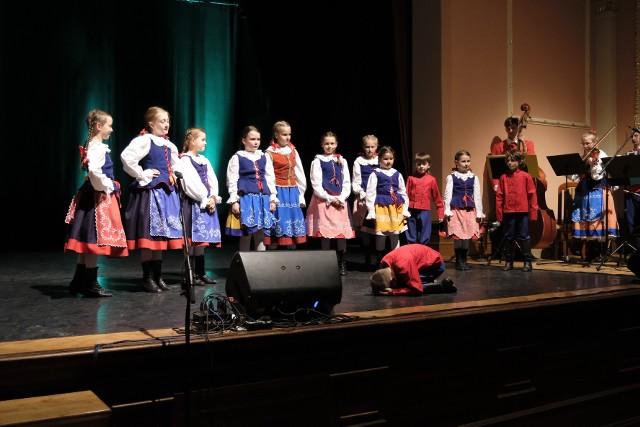 """""""Młody Toruń"""" nowe stroje zaprezentował podczas koncertu w sali widowiskowej Młodzieżowego Domu Kultury"""