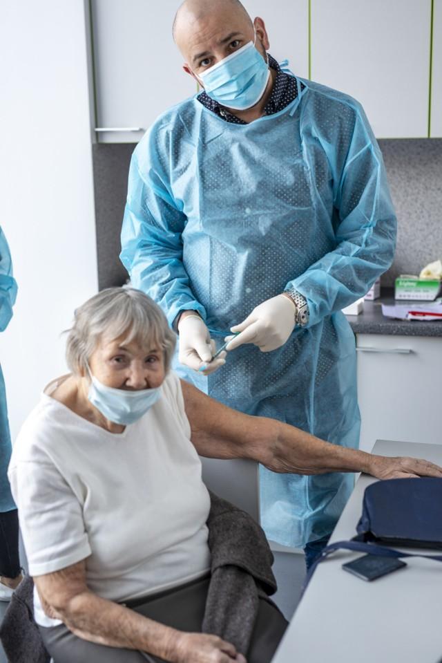 Pani Halina Bogdańska ma 100 lat i została zaszczepiona w Bionanoparku.