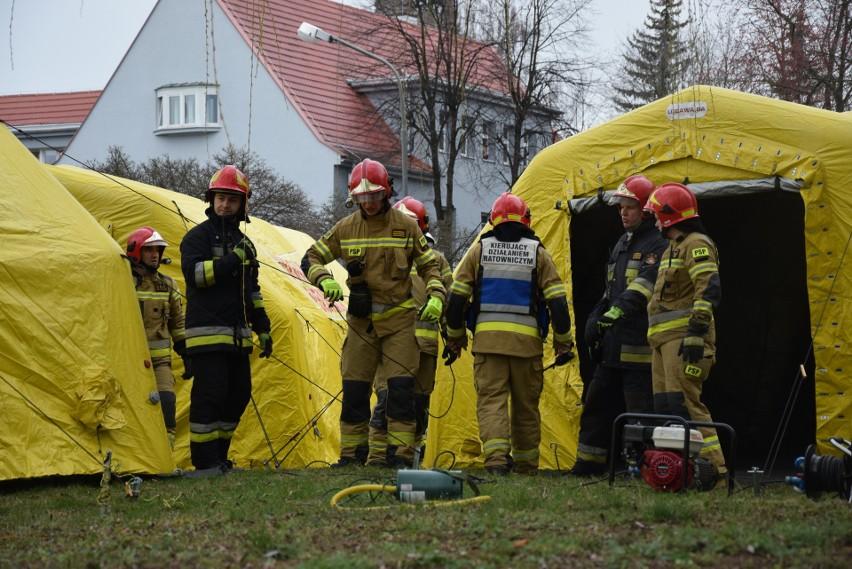 Po środowych ćwiczeniach strażackie namioty pozostały przed wejściem na oddział ratunkowy szpitala w Nysie. Personel szpitala zauważył, że po ich ustawieniu liczba przychodzących na SOR spadła.