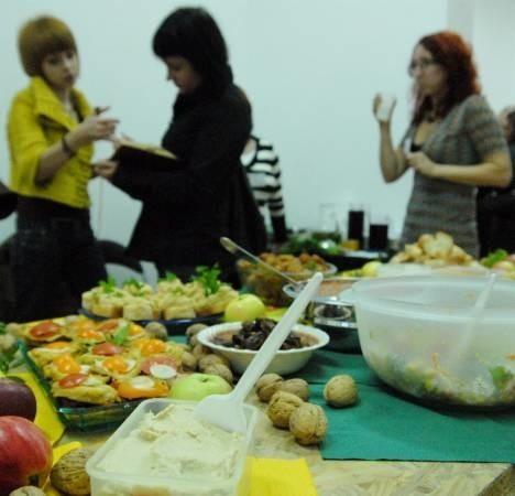 W trakcie imprezy częstowano m.in. warzywnymi sałatkami, kotletami z cukini, prażonym słonecznikiem, pastą z ciecierzycy