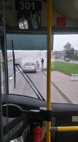Ta kobieta to bohaterka! Kierująca autobusem linii 831 uratowała płonący samochód NOWE ZDJĘCIA