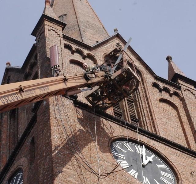 Wczoraj na wieży kościoła przy cmentarzu montowano nadajniki telefonii komórkowej.
