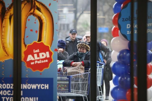 W połowie 2006 roku Aldi rozpoczął działalność w Polsce. Pierwsze osiem sklepów zostało otwartych 25 lutego 2008 roku.